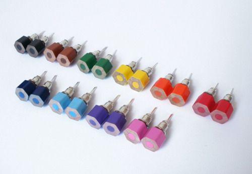 Készíts ékszert ceruzából! - A kézműves boltban kapsz egyszerű fülbevaló-aljzatot, amire ráerősítheted a darabkákat.