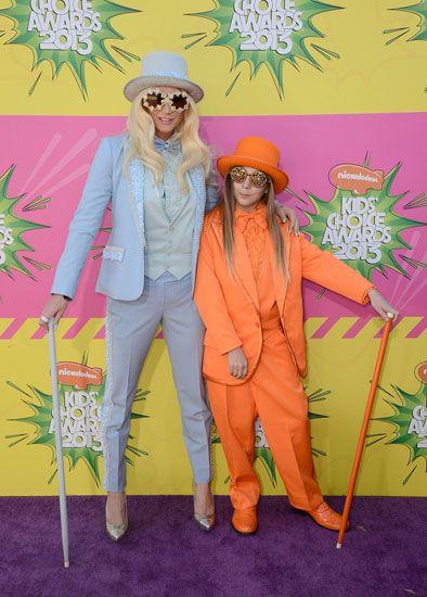 Ke$ha legőrültebb ruhái - Ke$ha mellett Louie Sebert, az énekesnő öccse feszít. Családban marad!
