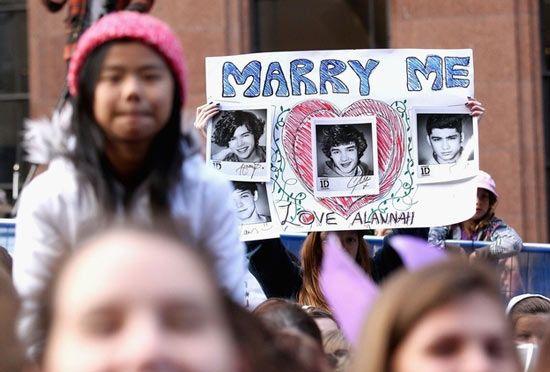 Ilyen az igazi One Direction tömeghisztéria - Vegyél el feleségül - a biztonság kedvéért több fényképpel.