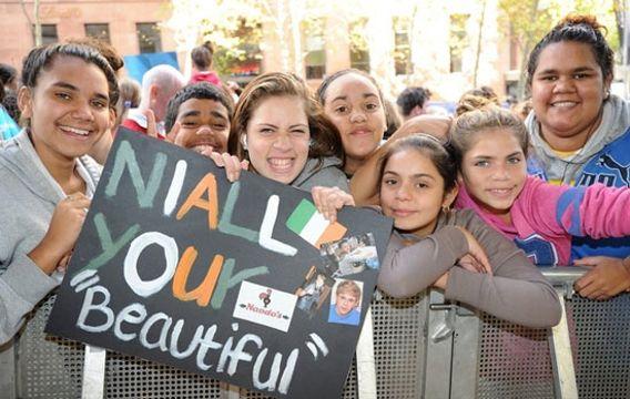 """Ilyen az igazi One Direction tömeghisztéria - Niall """"gyönyörű"""" a tábla szerint - de miért kell az idézőjel?"""