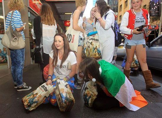Ilyen az igazi One Direction tömeghisztéria - A Nagy Csata (vagyis a bevásárlás) után, boldogan.