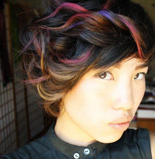 A 10 legjobb szivárvány-frizura, nem csak Halloweenra - Laza kontyba rendezve néhány szokatlan színű hajszál.