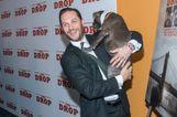 Napi cuki: Tom Hardy kutyát ölelget