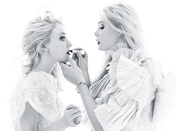 Dakota és Elle Fanning a W Magazine-ban - A jó hugicák segítik egymást a sminkelésben is.