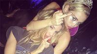 Miley Cyrus egy Victoria's Secret modellel smárolt